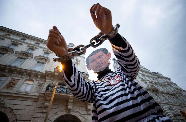 La dimisión del canciller de Austria destapa un sumidero en España