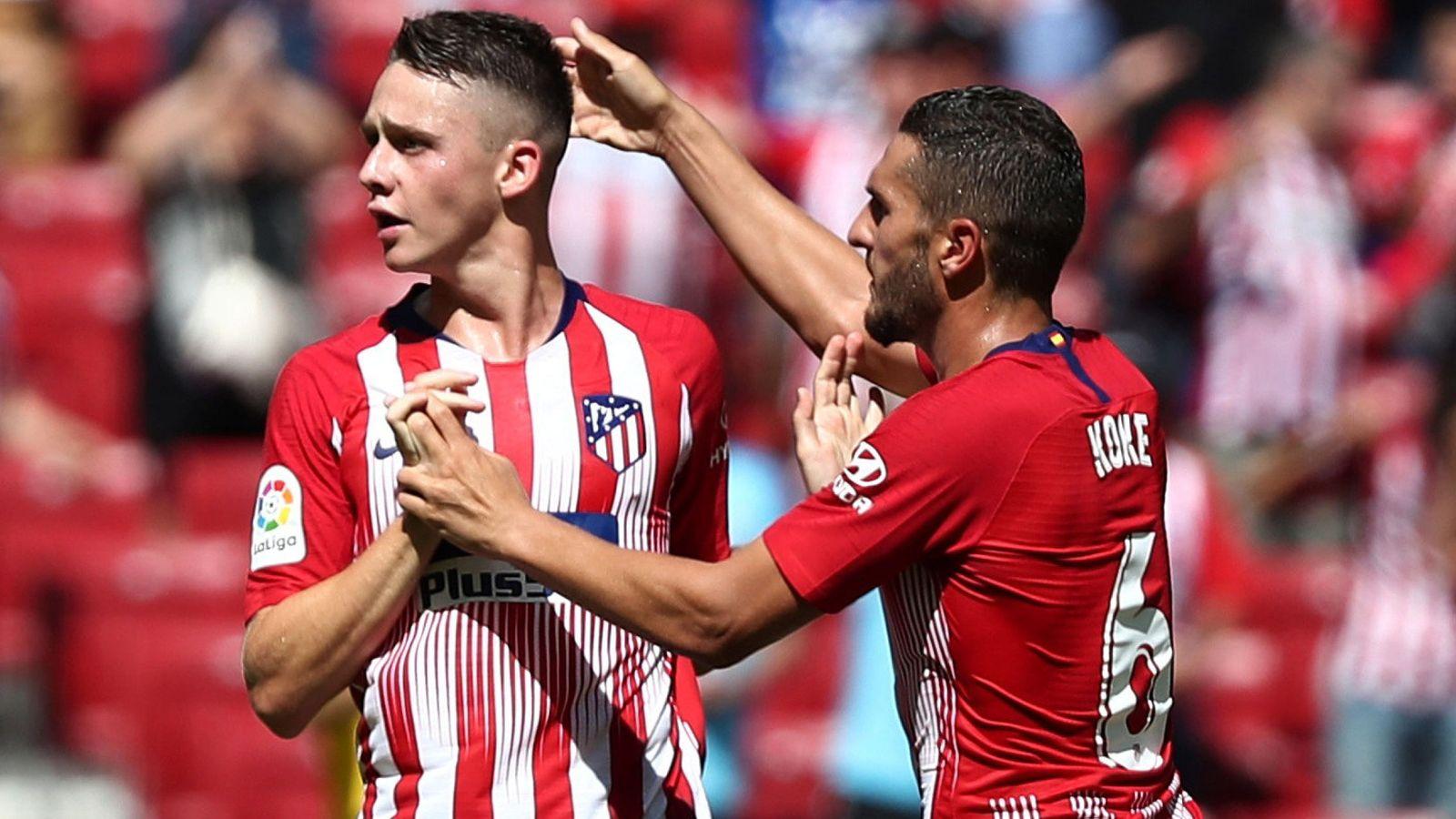 Foto: Koke felicita al joven Borja Garcés por el gol del empate al Eibar en el Metropolitano. (Efe)