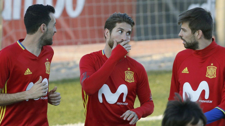 Sergio Busquets, junto a Sergio Ramos y Gerard Piqué, durante un entrenamiento de la Selección. (EFE)