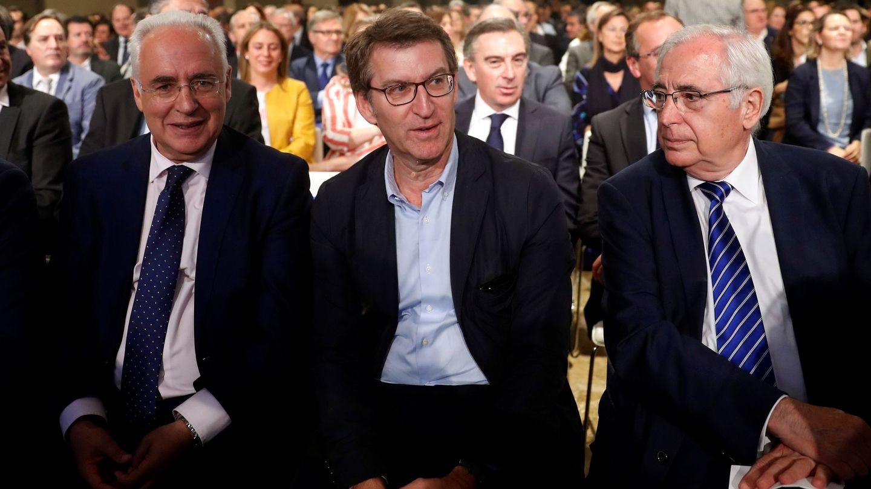 El presidente del PPdeG, Alberto Núñez Feijóo (c) acompañado por Juan José Imbroda y José Ignacio Ceniceros (i). (EFE)