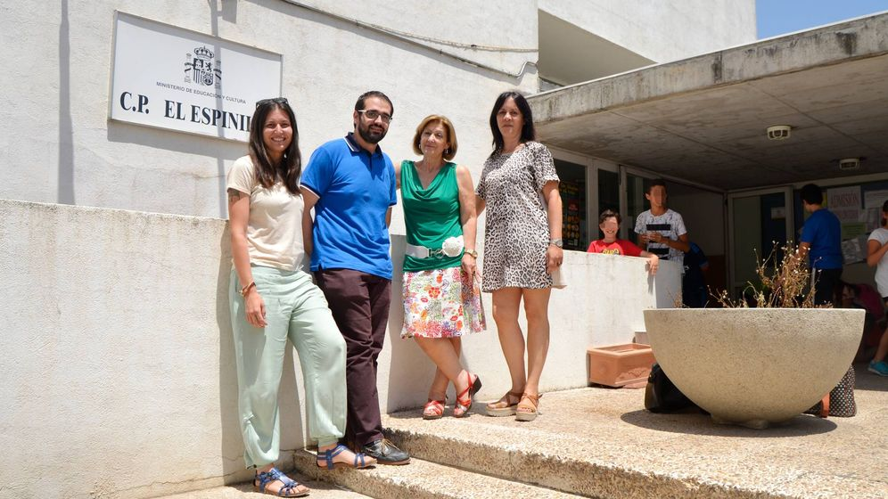 Foto: Profesores y dirección del colegio El Espinillo. (M. Z.)