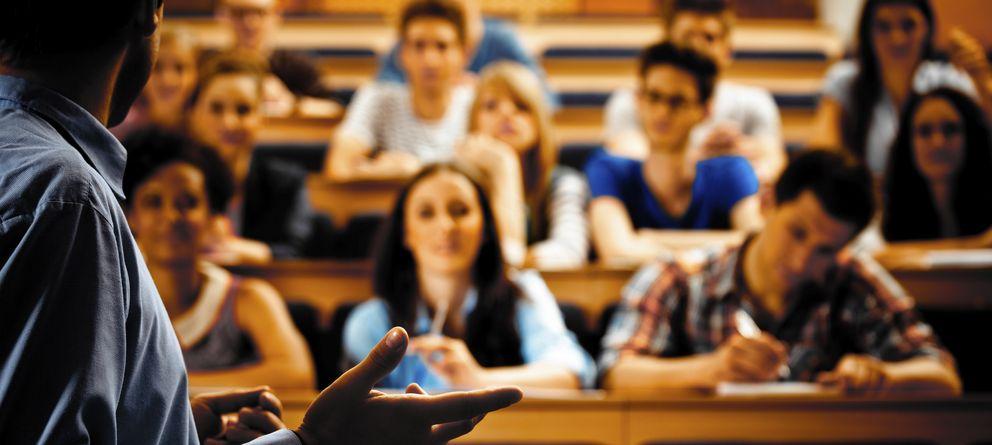 Foto: Impartir clase es sólo una parte muy pequeña del trabajo de un profesor. (iStock)