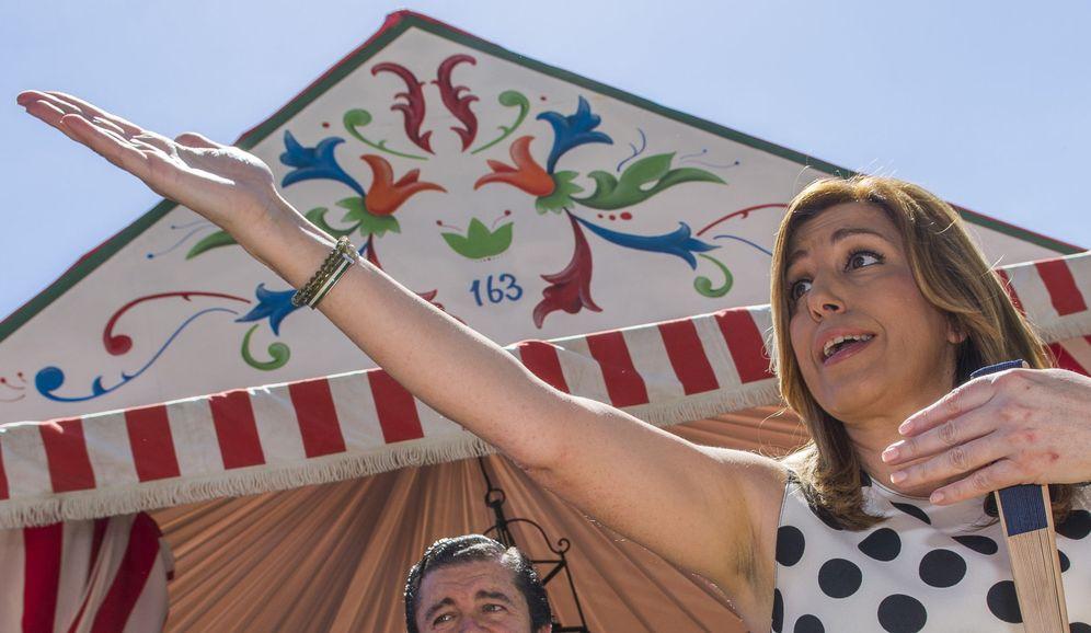 Foto: Susana Díaz, durante la visita que hizo este 2 de mayo a varias casetas de la Feria de Abril de Sevilla, en algunos momentos con su marido y su hijo. (EFE)