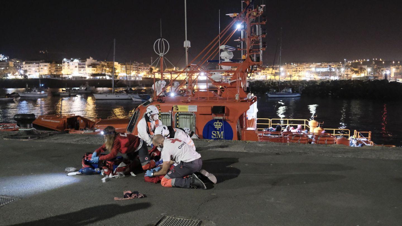 Dos voluntarios de Cruz Roja y dos tripulantes del Salvamento Marítimo intentar reanimar a la niña a su llegada al puerto de Arguineguín. (EFE)