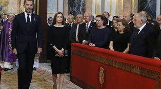 Doña Letizia, de funeral con un vestido de 2.500 euros