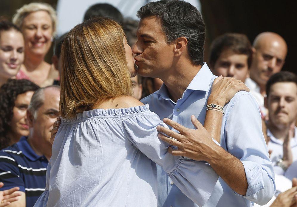 Foto: Pedro Sánchez besa a Idoia Mendia, líder del PSE y candidata en las elecciones vascas del 25-S, este 4 de septiembre en San Sebastián. (EFE)