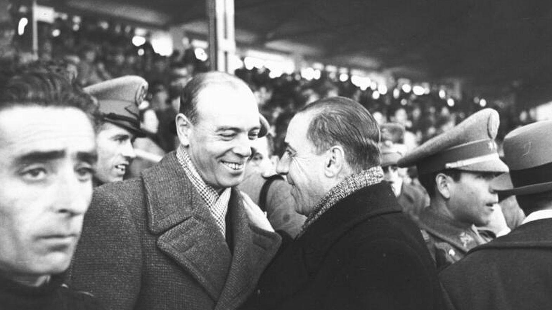 El entrenador del Atlético Aviación, Ricardo Zamora, saluda al entrenador del Real Madrid, Paco Bru. (archivo Santos Cubero)