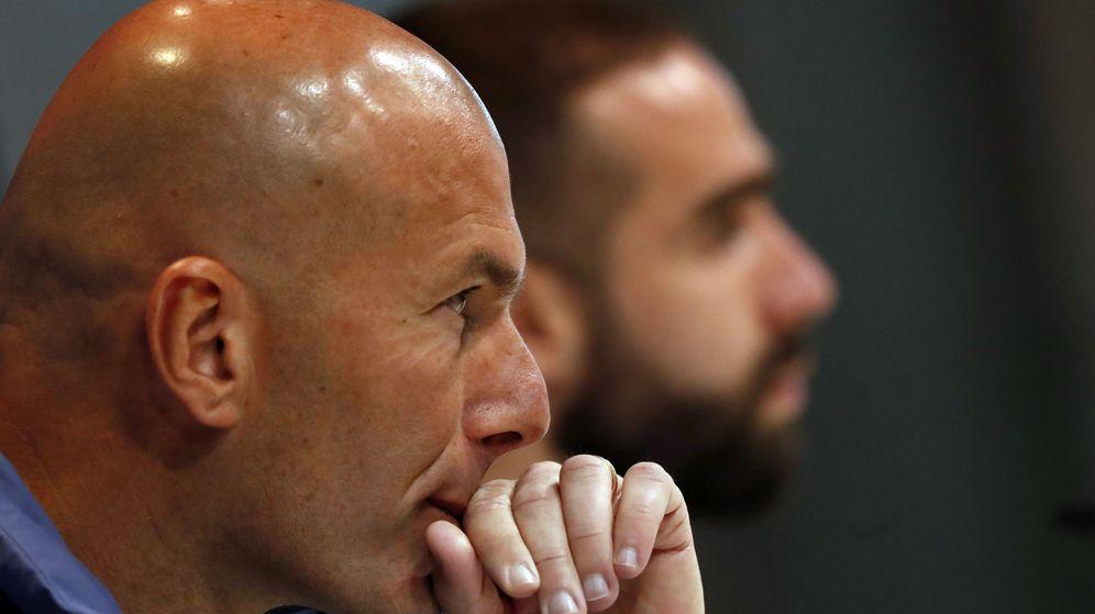 Foto: Zidane, en una rueda de prensa junto a Carvajal. (EFE)