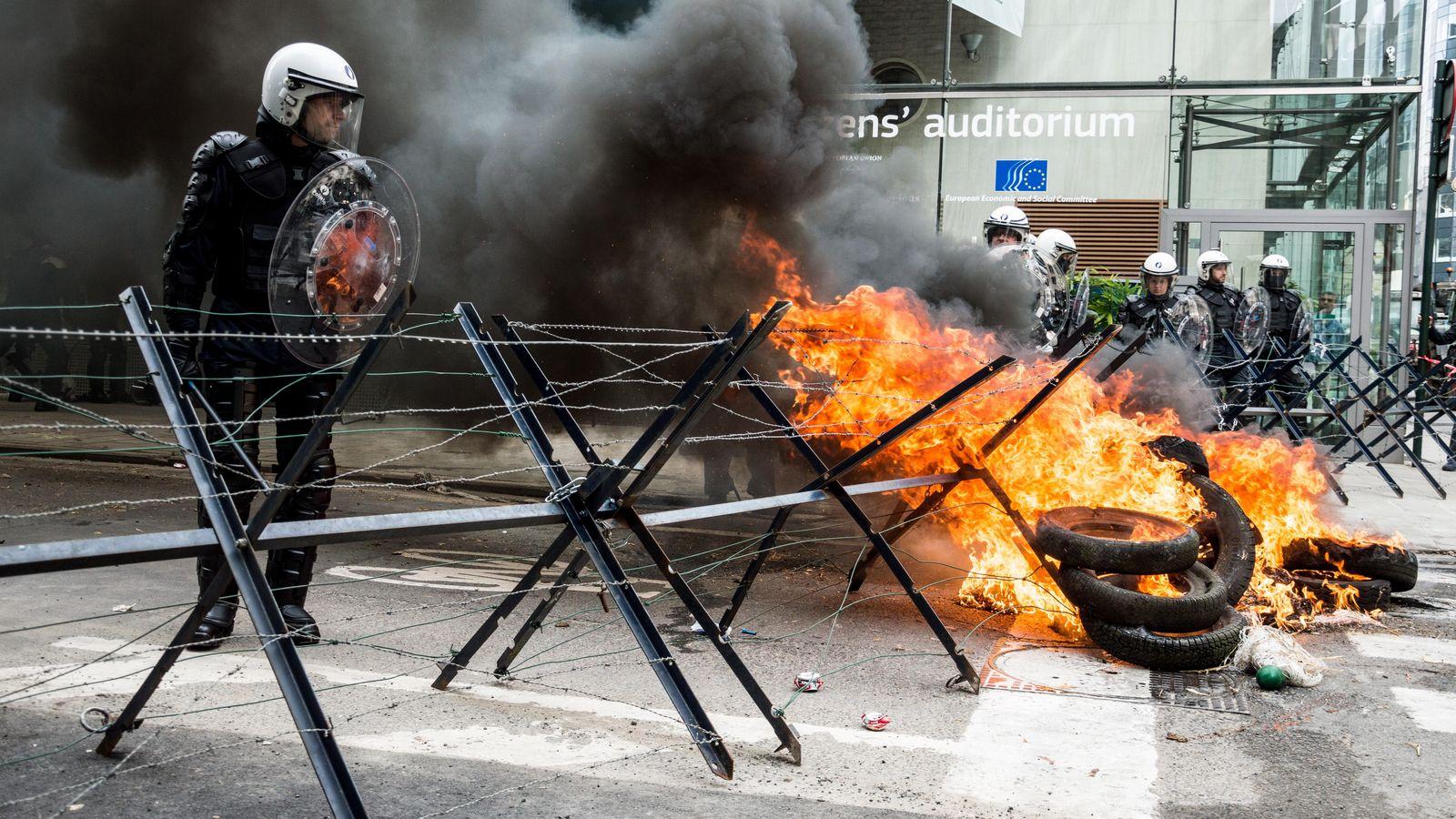 Foto: Un policía espera atrincherado durante una manifestación de granjeros en Bruselas. (Harry Proudlove/Demotix/Corbis)