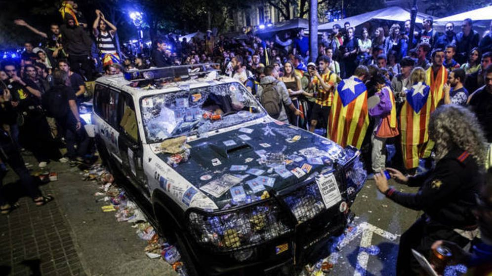 Foto: Aspecto de uno de los vehículos de la Guardia Civil afectados en el asedio a la Consejería de Economía. (EFE)
