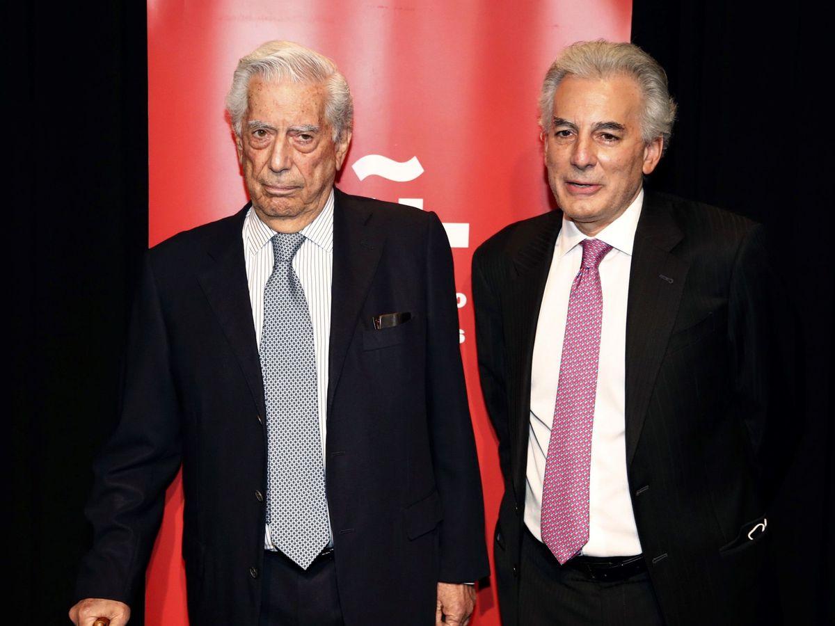Foto: Mario Vargas Llosa, junto a su hijo Álvaro. (EFE)