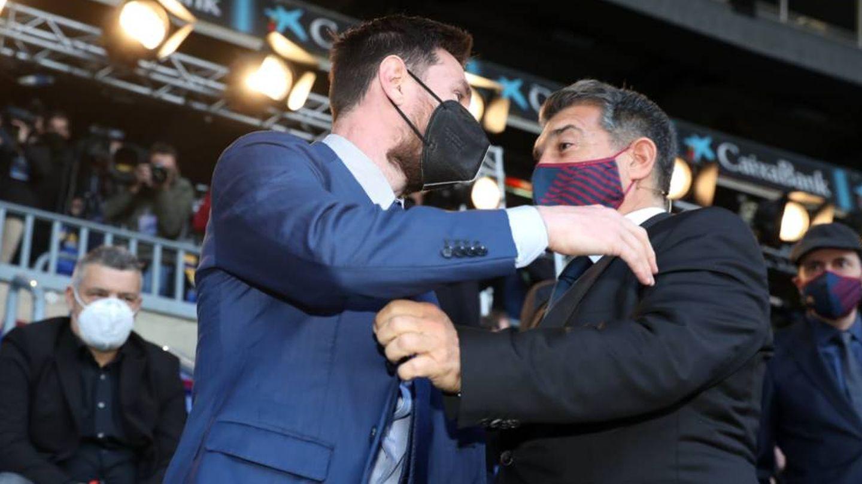 Leo Messi y Joan Laporta se saludan en el Camp Nou hace unos meses. (FCBarcelona)
