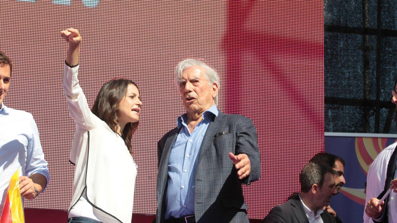 El premio Nobel Mario Vargas Llosa en la manifestación de Barcelona. (Gtres)