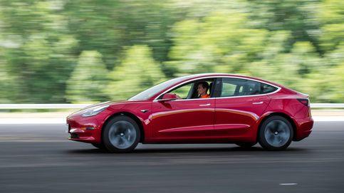 Engañan a la conducción autónoma de un coche Tesla usando una sola pegatina
