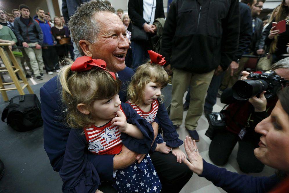 Foto: El candidato republicano John Kasich posa ante las cámaras con dos gemelas, en Springfield, Virginia (Reuters).