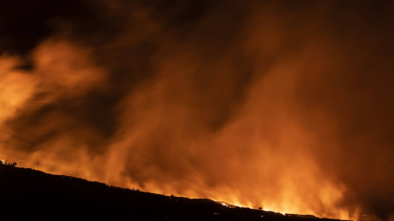 Humo procedente de una de las coladas del volcán de Cumbre Vieja. (Alejandro Martínez Vélez)