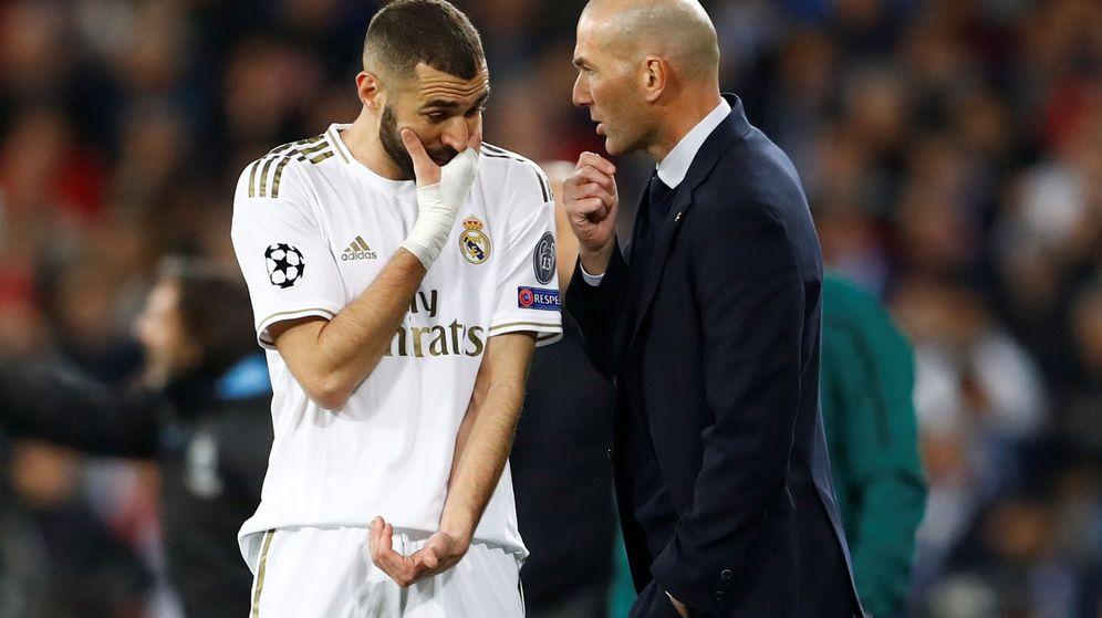 Foto: Zidane da instrucciones a Benzema en el partido contra el Manchester City en el Bernabéu. (Efe)