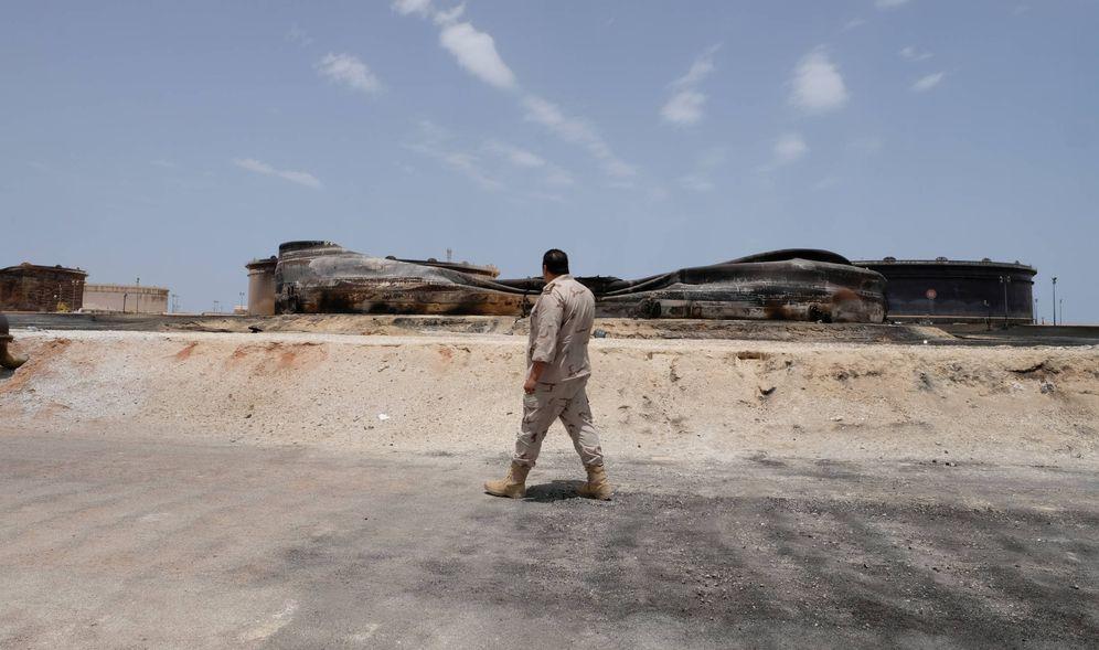 Foto: Un soldado libio camina junto a una explotación petrolífera dañada en Ras Lanuf, Libia. (Reuters)