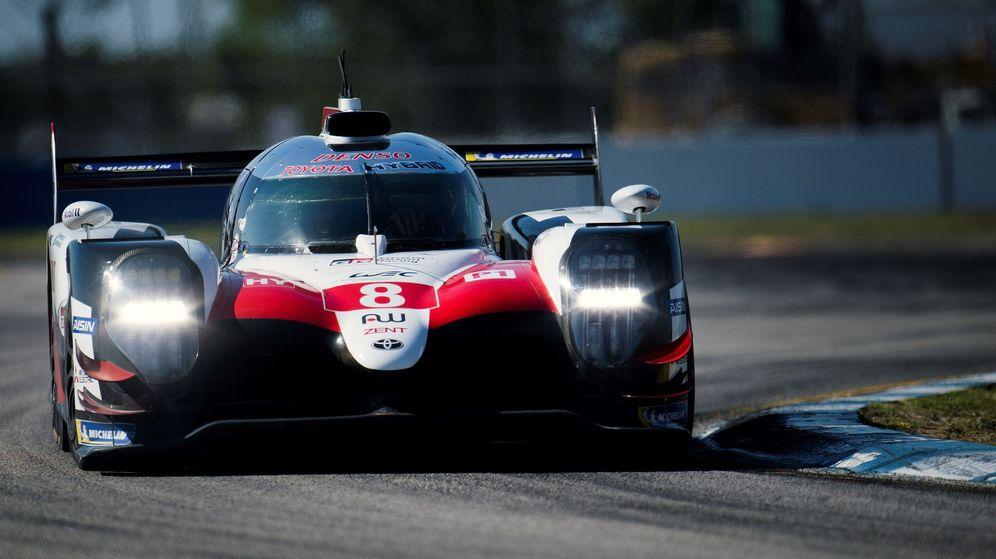 Foto: El Toyota 8 de Fernando Alonso durante la clasificación para las 1000 Millas de Sebring. (EFE)