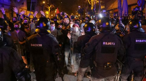Grupos de encapuchados lanzan botellas y piedras a los Mossos en las protestas por Hasel