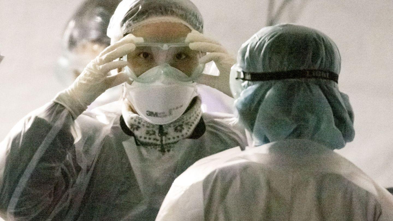 Sanitarios en Corea del Sur. (EFE)