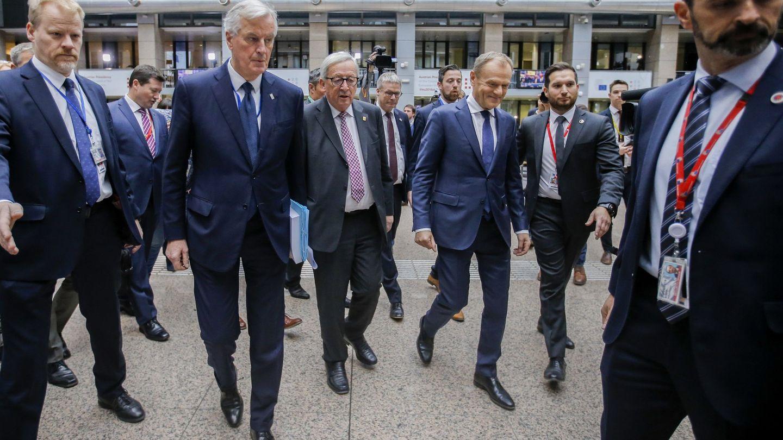 El negociador de la UE para el Brexit, Michel Barnier, junto a Jean-Claude Juncker y Donald Tusk. (EFE)