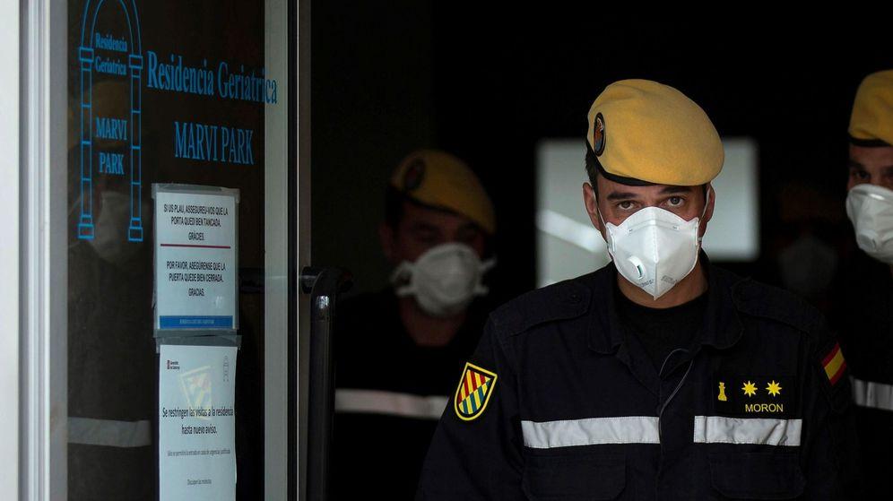 Foto: Miembros de la UME realizan tareas de desinfección en el geriátrico Marvin Park, en Barcelona. (EFE)