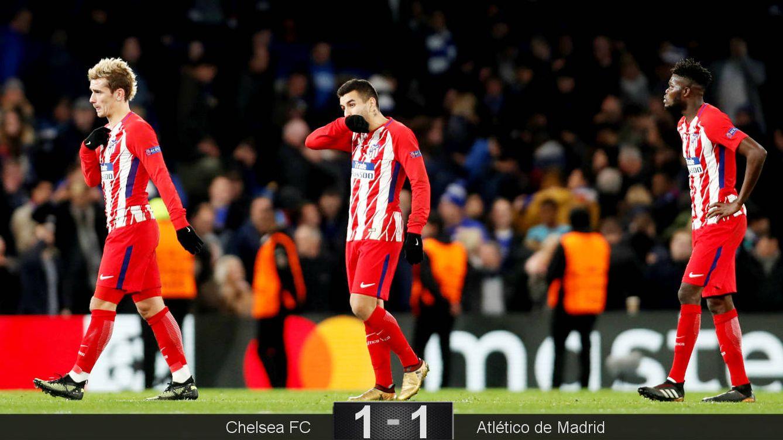 Foto: Los jugadores del Atlético se lamentan al final del encuentro. (Reuters)