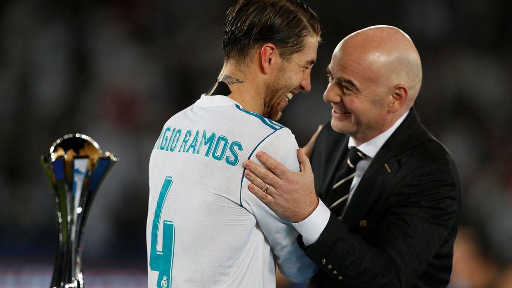 Foto: Gianni Infantino dando el trofeo de campeones del mundo a Sergio Ramos. (Reuters)
