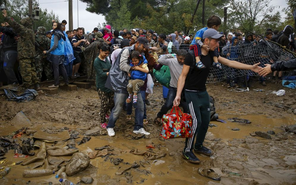 Foto: Refugiados sirios cruzando la frontera entre Grecia y Macedonia. (Reuters)