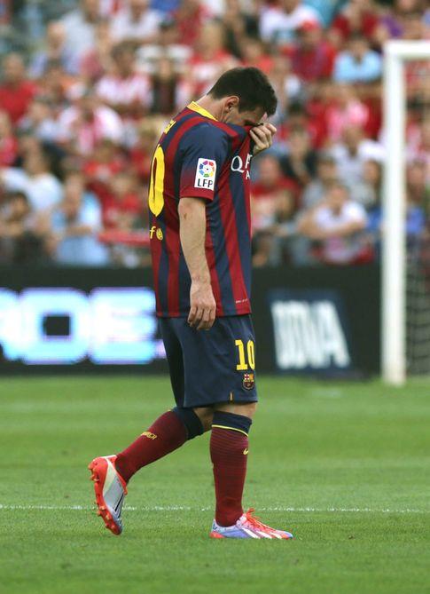 Foto: Messi, nada más lesionarse en Almería (EFE)