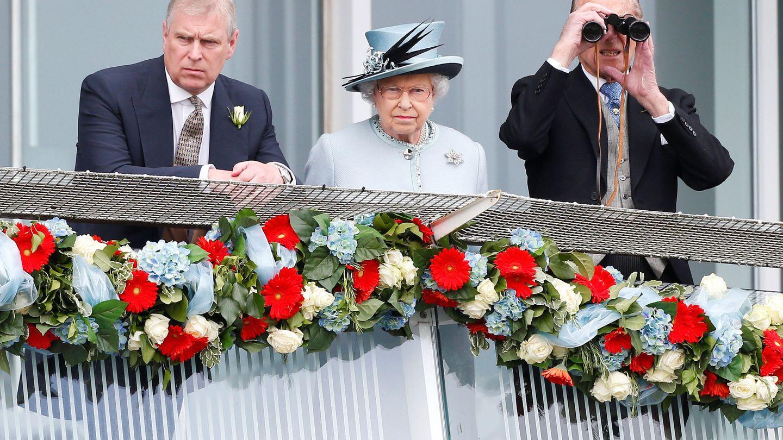 El príncipe Andrés, junto a la reina Isabel y el duque de Edimburgo. (Reuters)