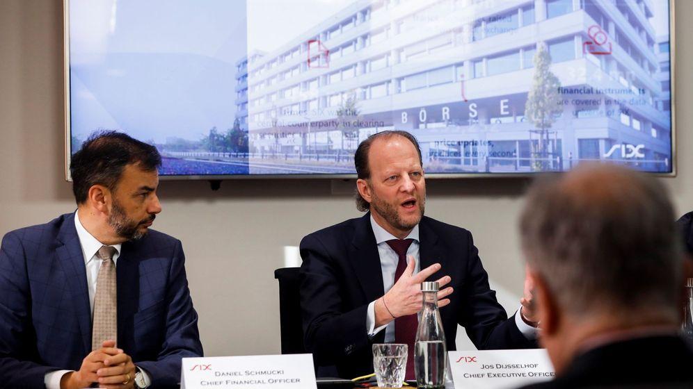 Foto: El CEO del gestor de la bolsa suiza SIX, Jos Dijsselhof (d), y el director financiero de la gestora suiza, Daniel Schmucki (i) (Efe)
