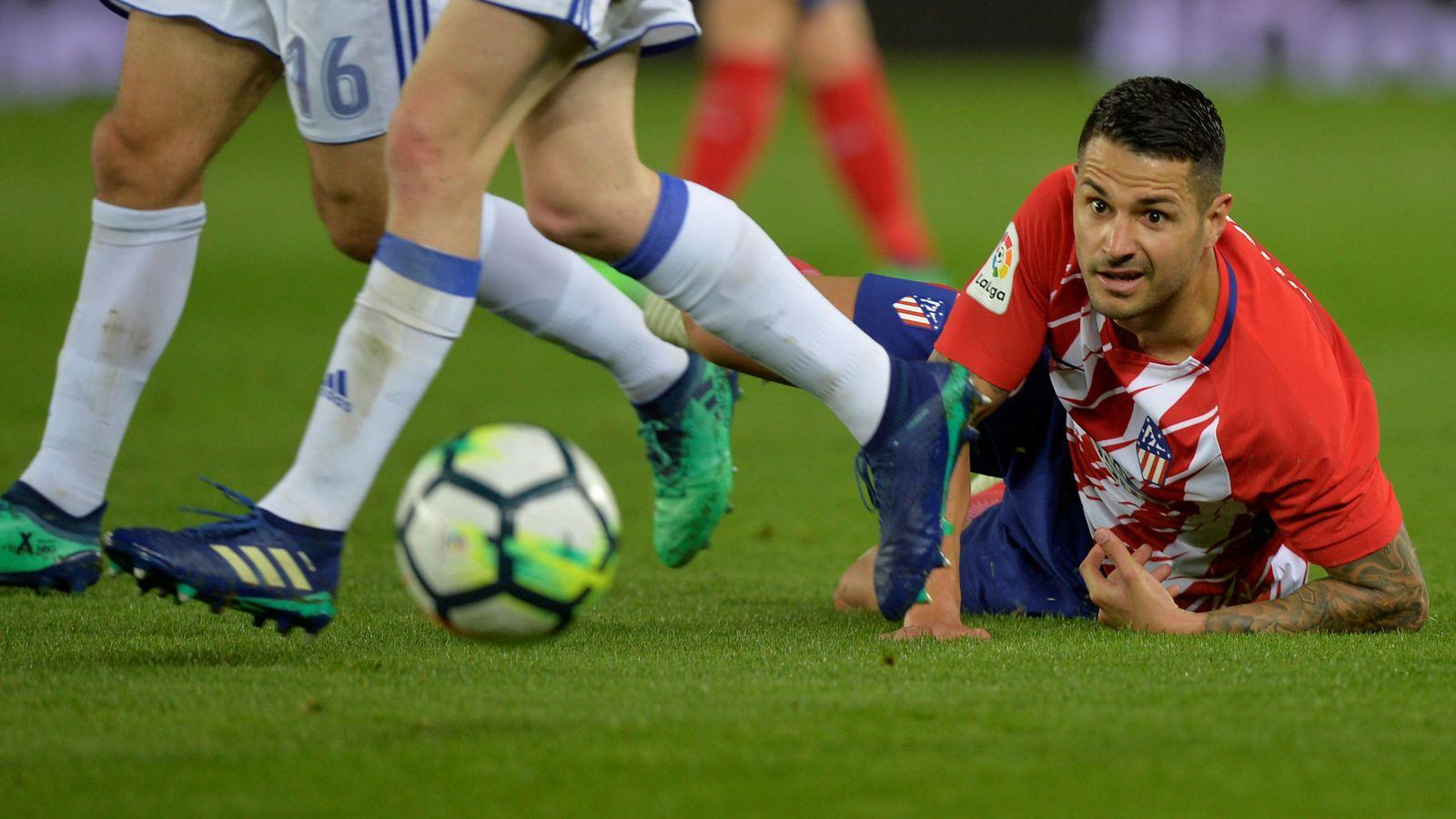Foto: Vitolo, por los suelos, durante un partido disputado con el Atlético de Madrid en el Metropolitano. (EFE)