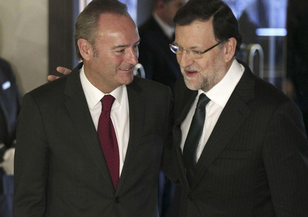Foto: El jefe del Gobierno, Mariano Rajoy (d), que presentó la intervención de Alberto Fabra (EFE)