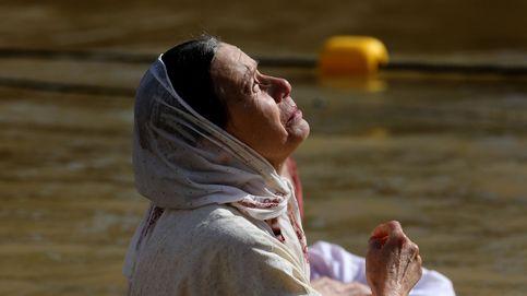 Bautismo en el río Jordán para celebrar la Epifanía