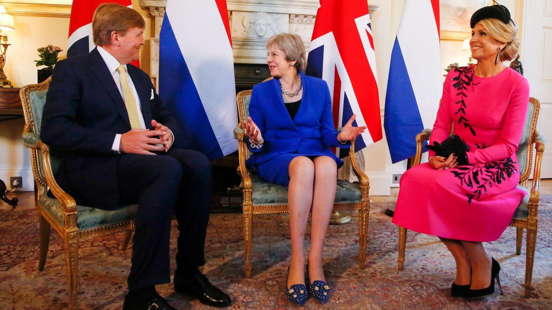 Guillermo y Máxima de Holanda, con Theresa May. (EFE)