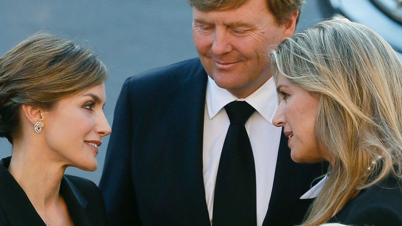 La reina Letizia conversa con los reyes Guillermo Alejandro y Máxima de Holanda, en una imagen de archivo. (EFE)