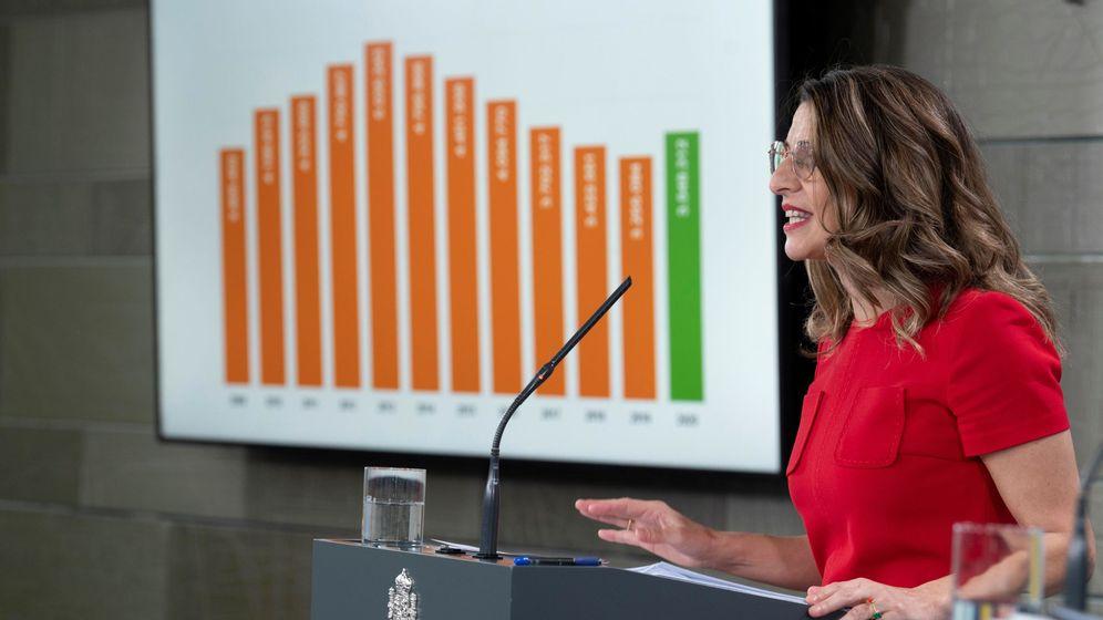 Foto: La ministra de Trabajo, Yolanda Díaz, durante la rueda de prensa sobre los datos de desempleo y afiliación a la Seguridad Social. (EFE)