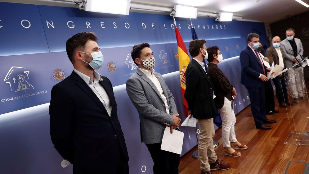 Foto: El portavoz del Grupo Republicano, Gabriel Rufián (i), y varios portavoces parlamentarios. (EFE)