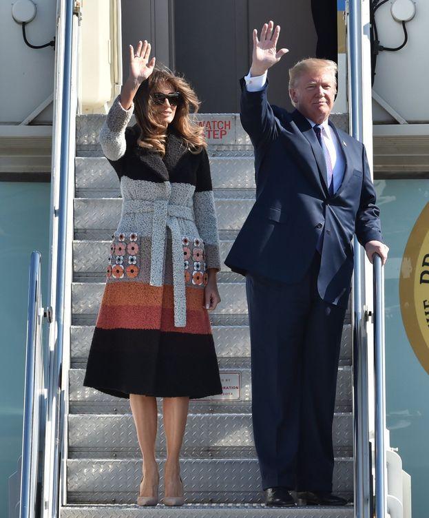 Foto: Melania Trump, junto a su marido, a su llegada a Japón. (EFE)
