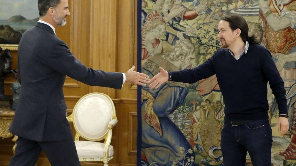 Foto: El Rey recibe al líder de Podemos, Pablo Iglesias, durante la ronda de contactos con los partidos tras las elecciones generales. (EFE)