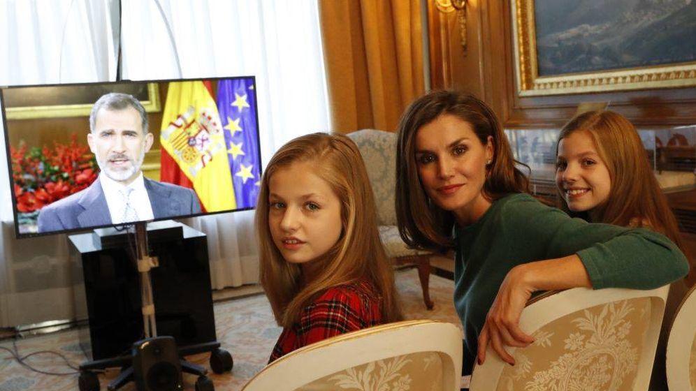 Foto:  La Reina y sus hijas viendo el discurso de Felipe. (Casa Real)
