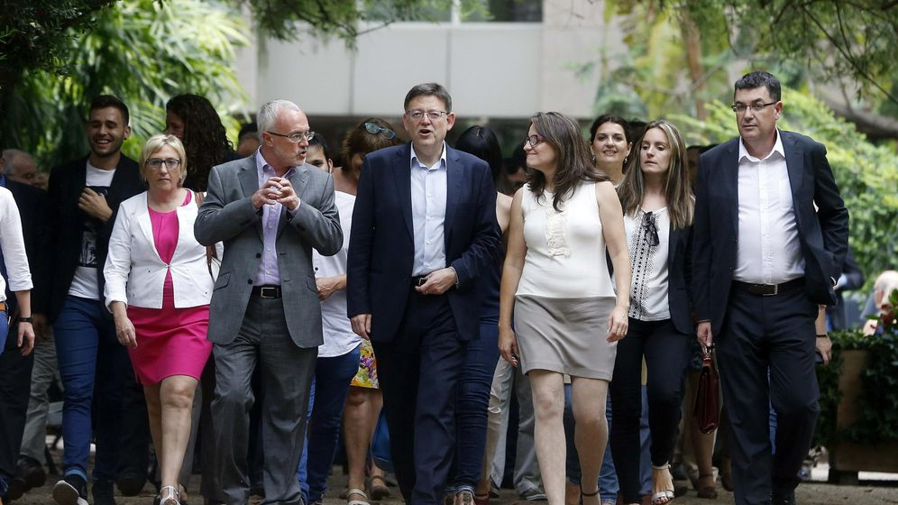 Foto: Montiel, Puig y Oltra, en el centro, el día de la firma del Pacto del Botánico. (EFE)