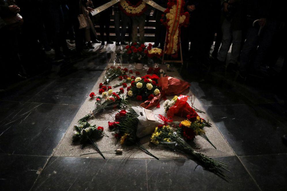 Foto: La tumba de Francisco Franco en el Valle de los Caídos, cubierta de flores con motivo del 43º aniversario de su muerte, el pasado 20 de noviembre. (Reuters)