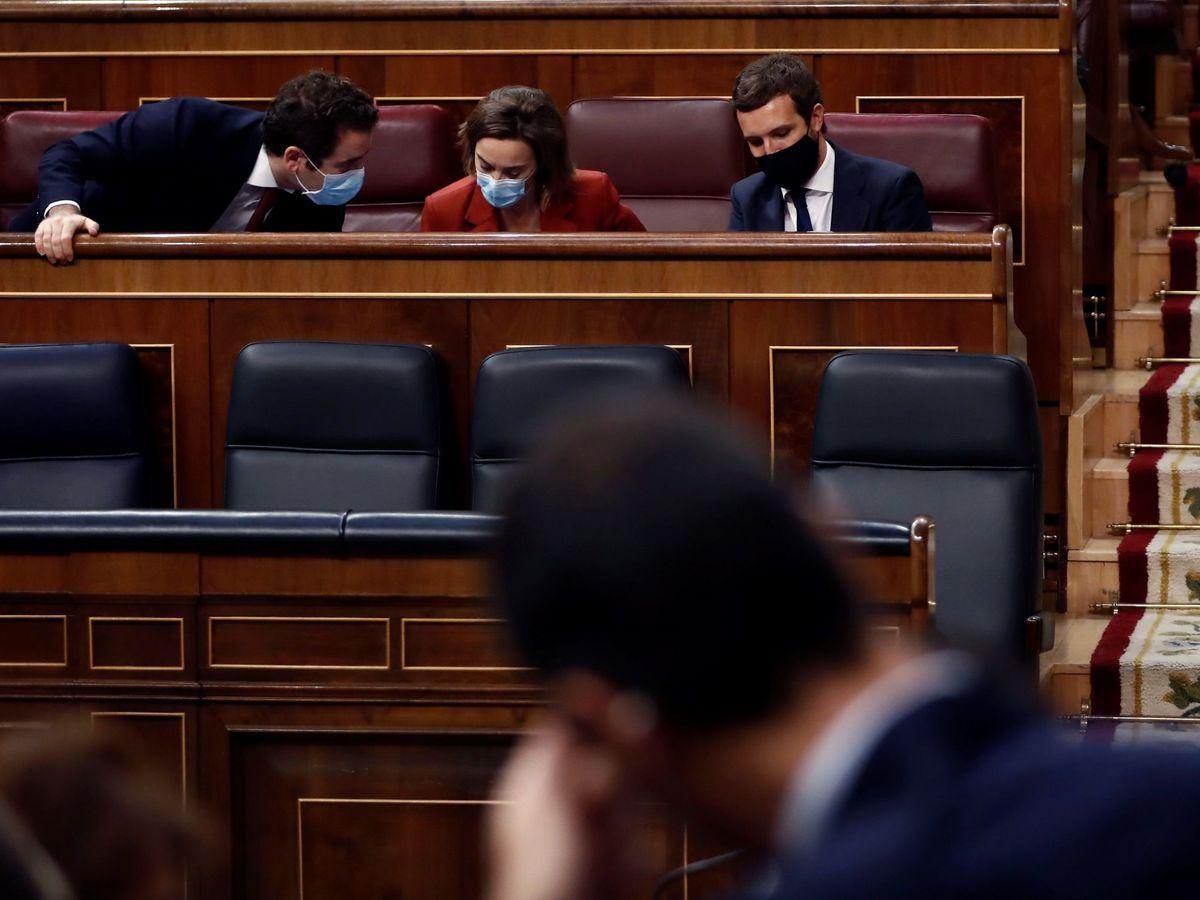 Foto: El líder del PP, Pablo Casado (d), conversa con Teodoro García Egea y la portavoz de su grupo, Cuca Gamarra. (EFE)