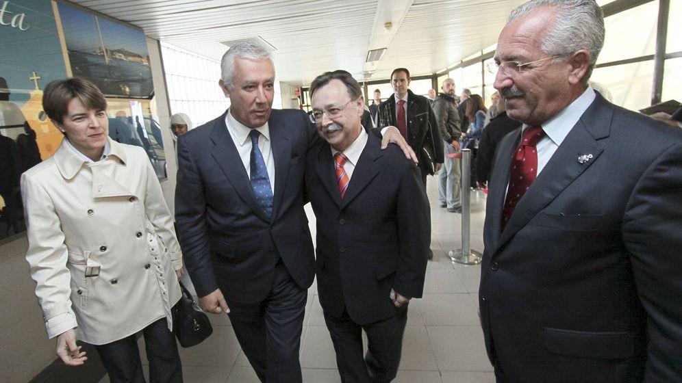 Foto: José Torrado (a la derecha de la imagen), en una visita a Ceuta de Javier Arenas, que abraza al presidente de Ceuta, Juan Jesús Vivas. (EFE)