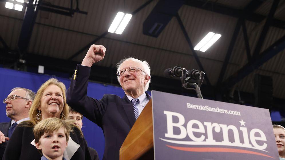 Foto: Bernie Sanders acompañado de su mujer O'Meara Sanders durante la noche electoral de New Hampshire en Manchester (Reuters)