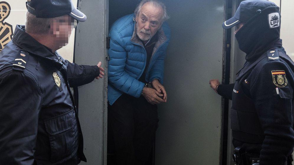 Foto: El empresario Tolo Cursach, a su llegada en un furgón policial a los juzgados, tras ser detenido en 2017. (EFE)