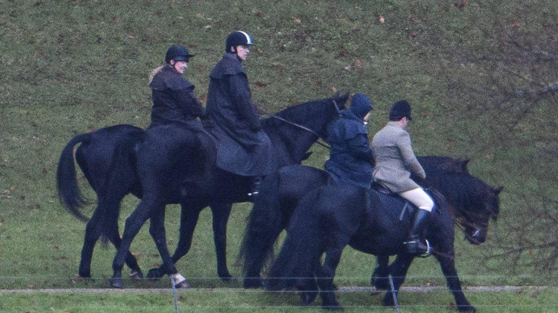 La reina Isabel, de paseo a caballo con el duque de York. (Cordon Press)